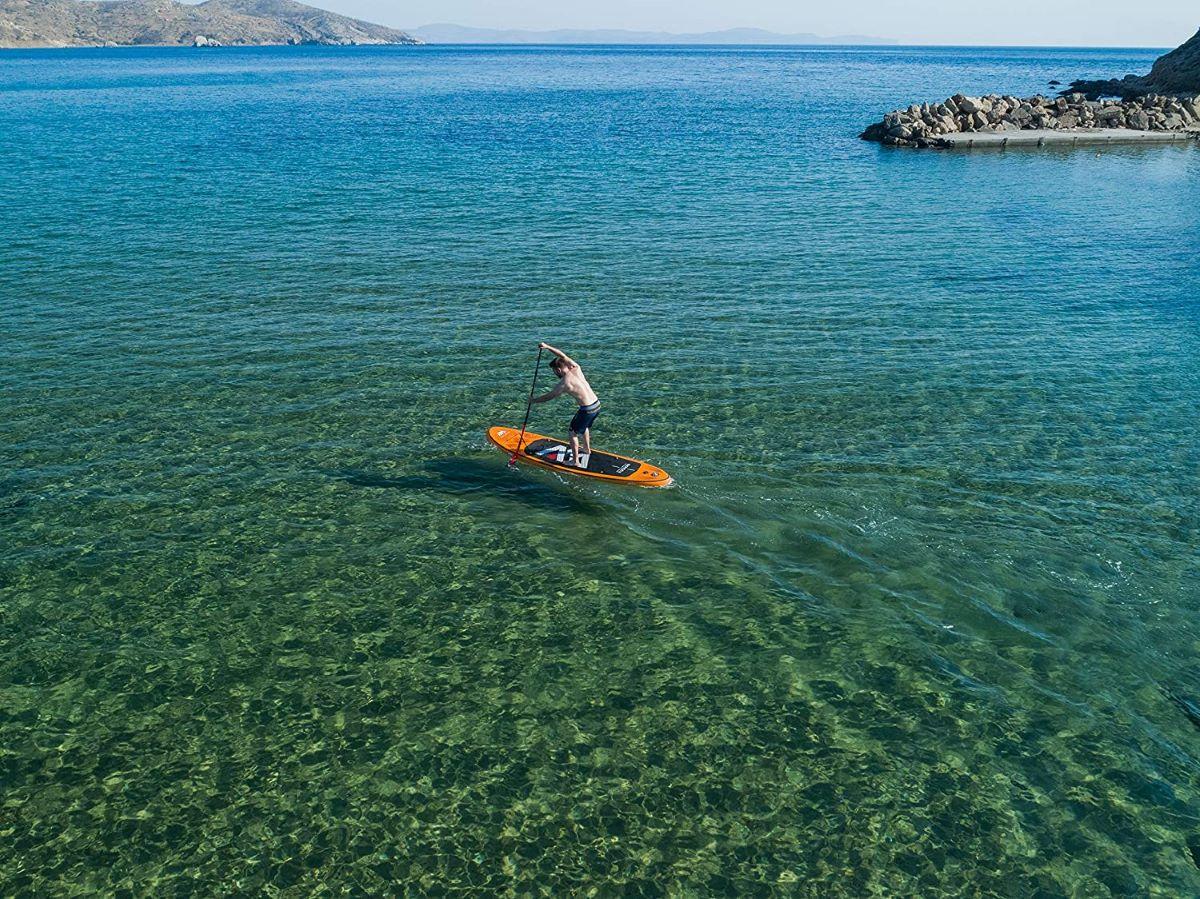 Wasser und Freiheit genießen auf einem aufblasbaren Stand Up Paddle Board edited