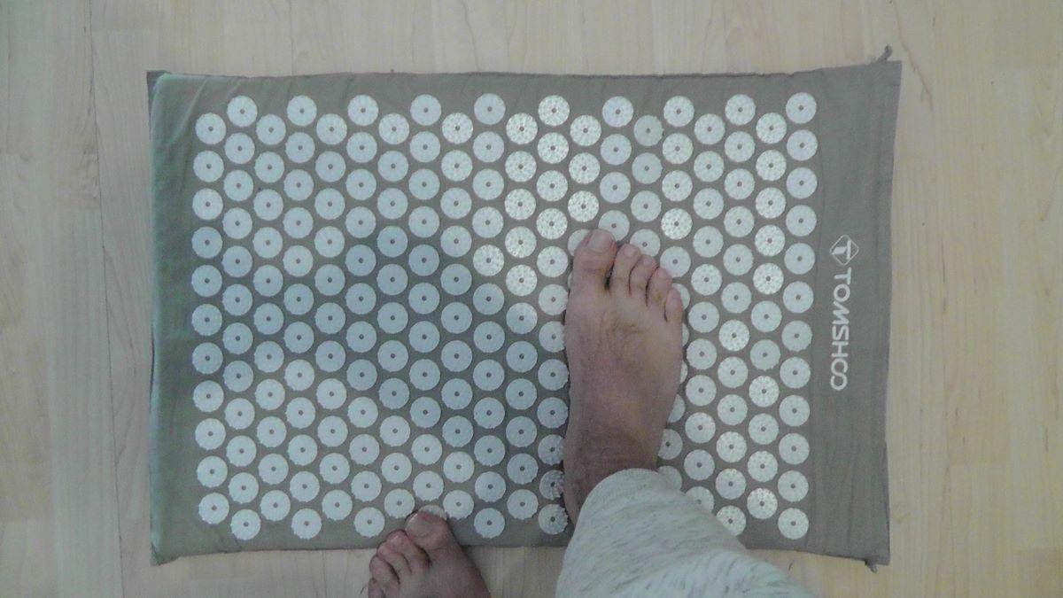 Auch die Füße dürfen profitieren von der Akupressurmate