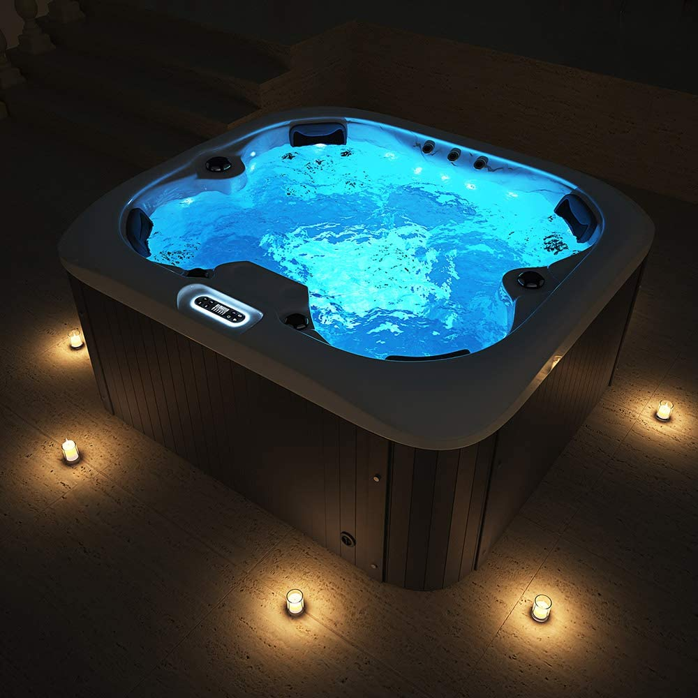 Beleuchteter Outdoor Whirlpool abends im Winter